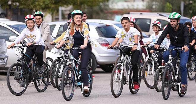 Çocuklar okullarına bisikletle gitti