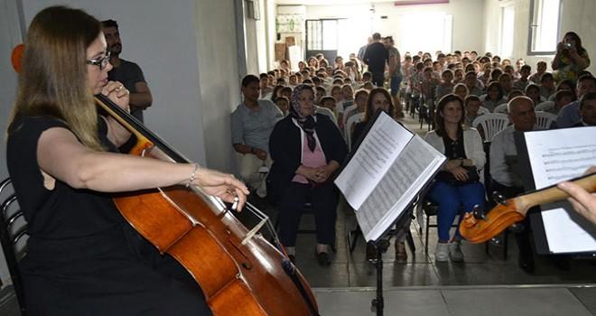 Senfoni orkestrası sanatçılarından köyde konser