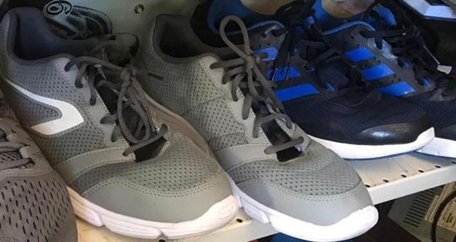 Kapı önlerinden çaldıkları ayakkabıları internetten satmışlar