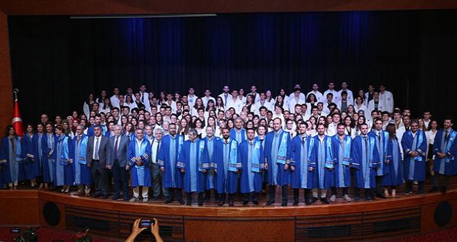 227 doktor adayı için beyaz önlük töreni